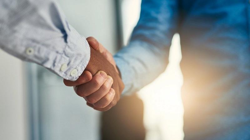 Pessoas dando as mãos - Fechando negócio